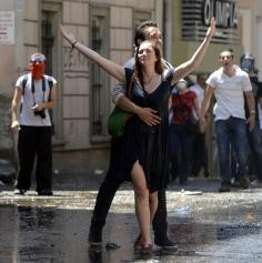 Taksim-Gezi-Parkı-Eylemci-Siyahlı-Kadın_Kate-Cullen_017